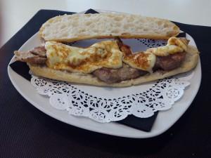 Pan de Cristal Secreto ibérico con queso brie